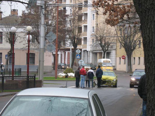 Авария на пл. Свободы: девушка и маршрутка (фото)
