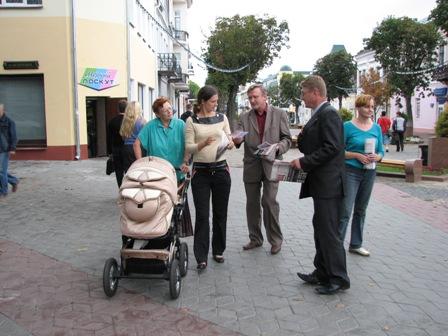 В Бресте активисты демсил вышли к проходным заводов с материалами об антикризисной платформе ОДС