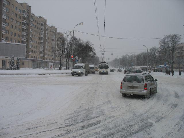 Брест снова накрыла очередная волна снега  с утренних улиц города