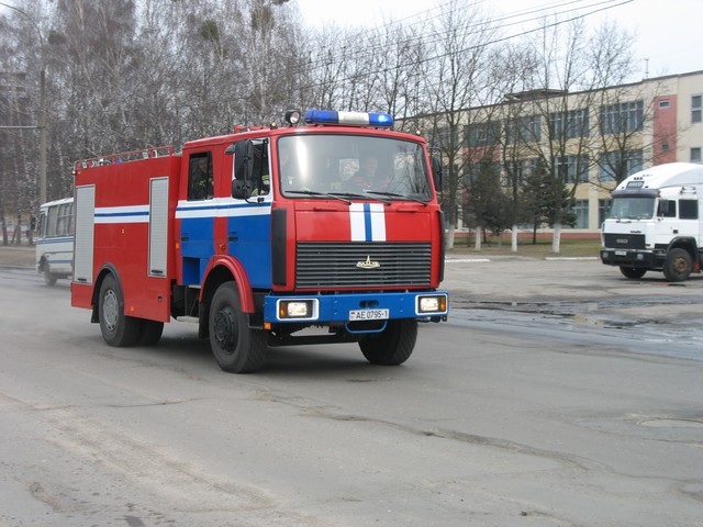 Машина МЧС спешит на пожар ул. Янки Купалы (фото)