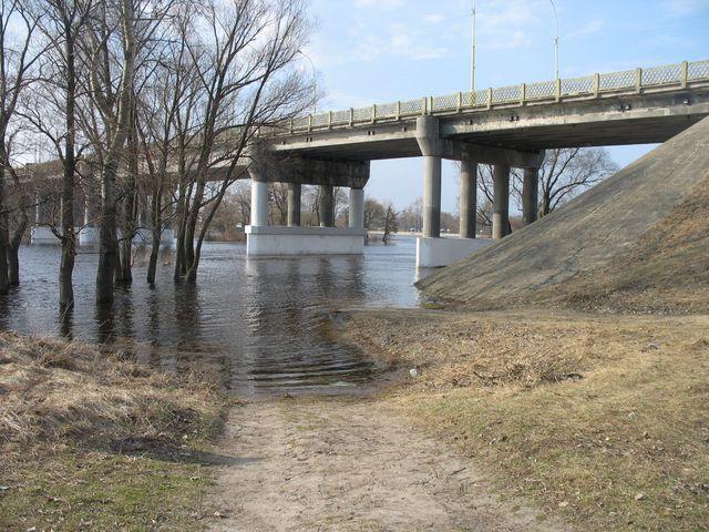 Весенний паводок в Бресте - ул. Набережная, около моста (фото)