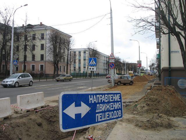 В сквере Иконникова начали ложить дорожки (фото)