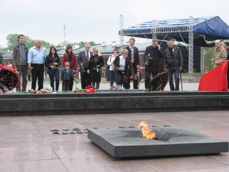 Активисты БСДП и «Справедливого мира» возложили цветы к Вечному огню в Брестской крепости