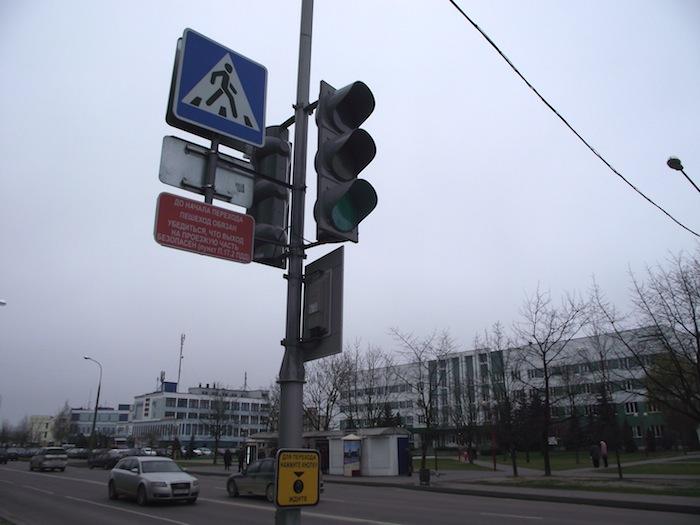 Пешеходам напоминают об ответственности за переход на пешеходном переходе