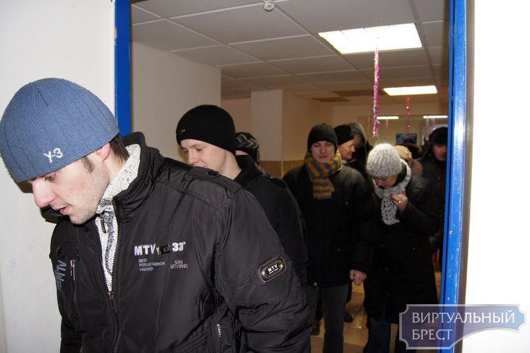 """Работники завода ОАО """"Брестмаш"""" встали на лыжи на Гребном канале в Бресте"""