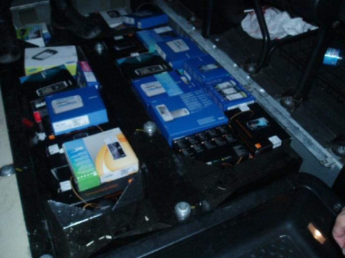В автомобиле «Renault» с двойным дном нашли мобильные телефоны