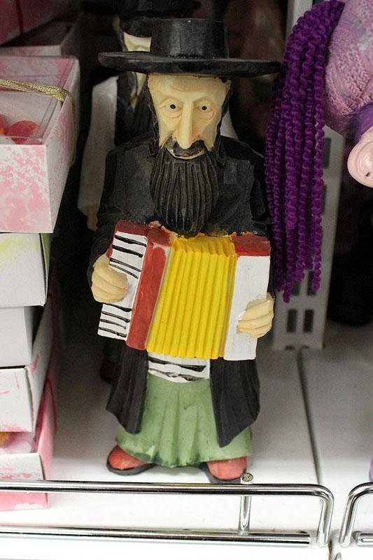 Брестский супермаркет продает антисемитские сувениры