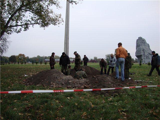 32 поднятых бойцa, 4 медальона и портмоне с документами - предварительный итог раскопок в Брестской крепости