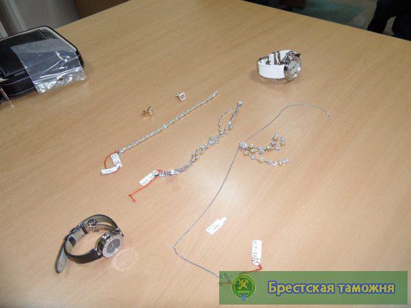 Брестские таможенники задержали партию дорогостоящих часов и ювелирных изделий на Br2 млрд