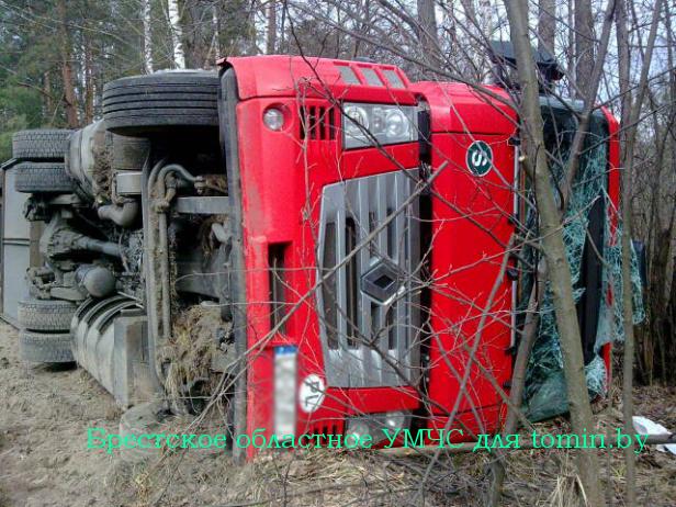 Под Микашевичами перевернулся грузовик с яблоками. Водителя подвело сердце…