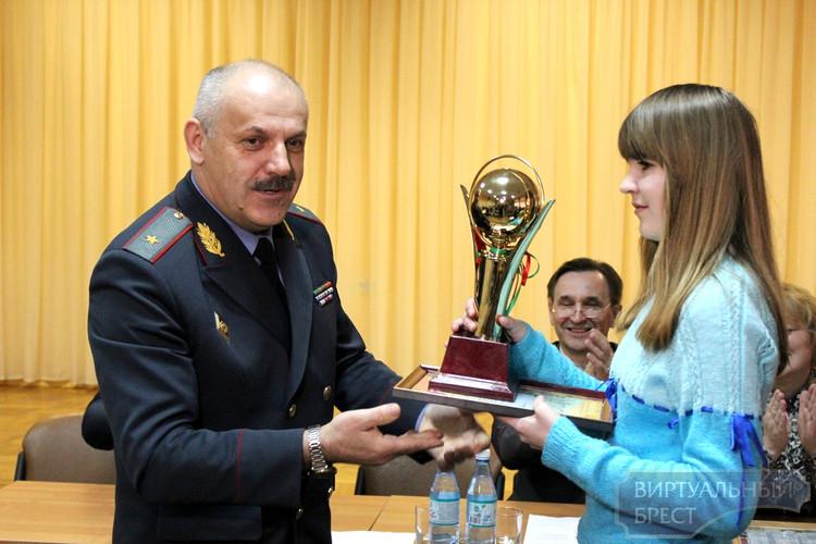 Победительнице областной олимпиады по правовым знаниям вручили кубок