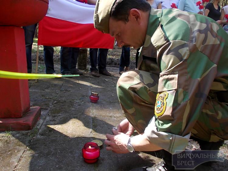 ВИК «Гарнизон» Брестского ГК ОО «БРСМ» провёл уборку воинских захоронений  на территории республики Польша