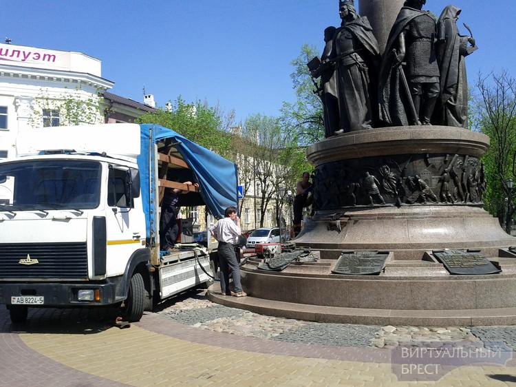 Памятнику 1000-летия Бреста починили крыло и вернули мечи