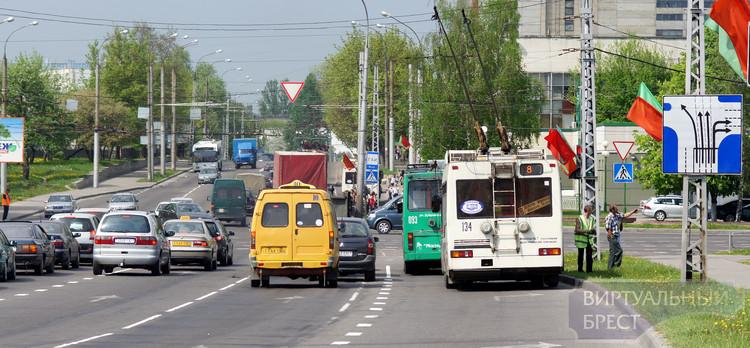 КАМАЗ с манипулятором оборвал троллейбусную линию в Бресте