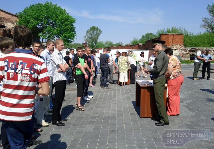 Торжественное вручение повесток призывникам состоялось в Брестской крепости