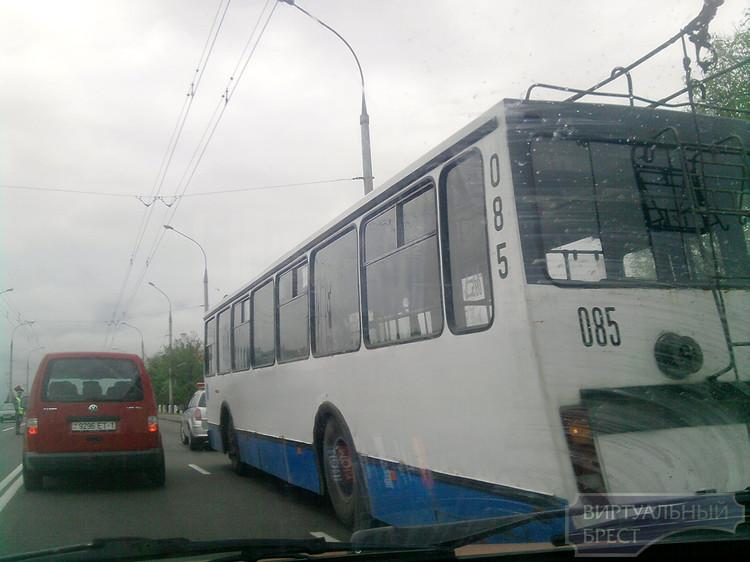 Утром на Кобринском мосту было затруднено движение из-за сломавшегося троллейбуса