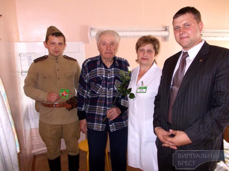 В рамках акции «Спасибо за Победу», военно–исторический клуб «Гарнизон» посетил ветеранов Великой Отечественной войны