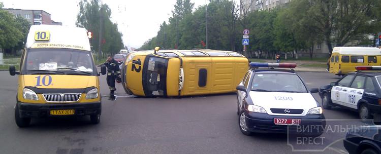 На Партизанском проспекте Ситроен перевернул маршрутное такси