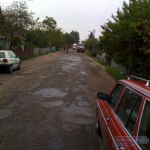 Жители ул. Карасёва жалуются, что уже в пятый раз их улицу ремонтируют исключительно в дождь