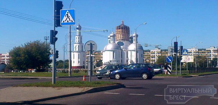 На ул. Дзержинского сбили велосипедиста, на пр. Республики в ДТП попали девушки