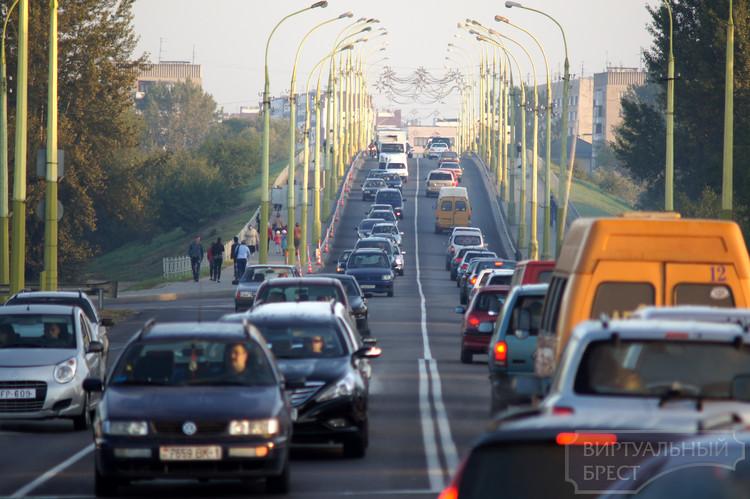 Пробки? Какие пробки...? В первый день после открытия нового моста их нет