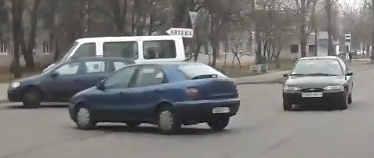 """На Дубровке водитель не поставил машину на """"ручник"""", машина выкатилась на проезжую часть"""