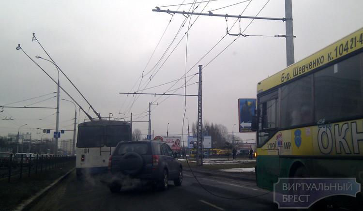 Опять обрыв провода, на этот раз у ЦМТ. И опять стояли троллейбусы