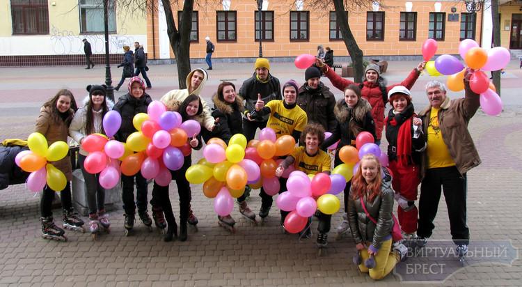 Роллеры Бреста успели открыть сезон... На ул. Советской они поздравляли дам с праздником