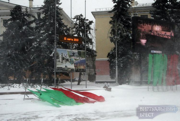 На площади Ленина во время метели опрокинуло стойки с флагами