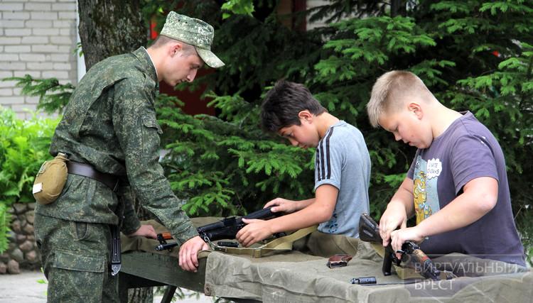 Военно-патриотический лагерь для школьников организовали брестские десантники