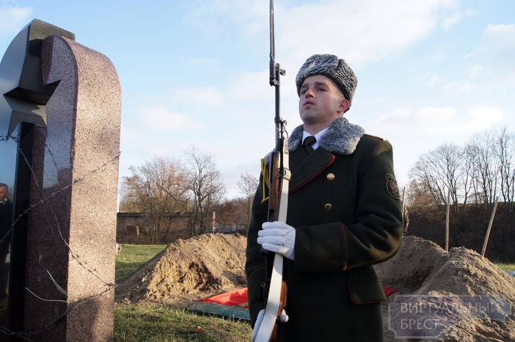 Останки неизвестного солдата с почестями перезахоронили в Брестском районе