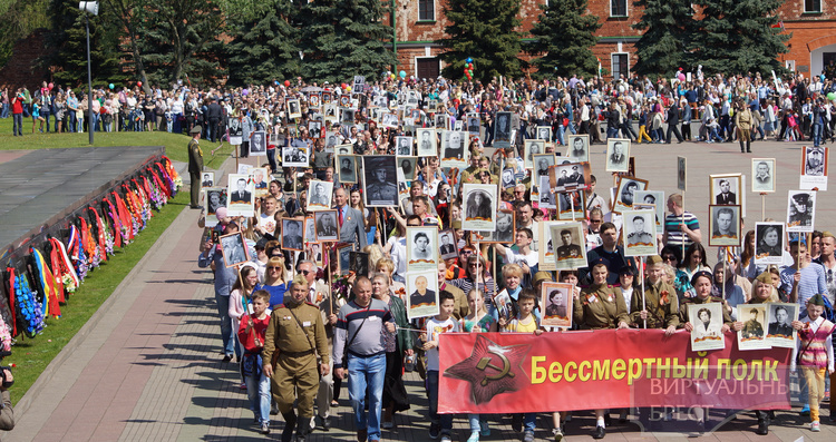 Почтить память героев в Брестскую крепость пришли десятки тысяч человек