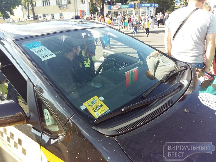 Появилось видео, как таксист въехал в толпу людей на Машерова