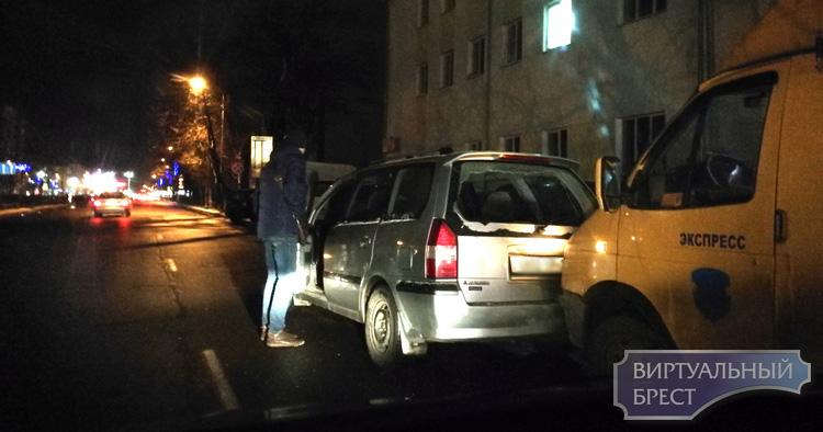 Опубликовано видео, как маршрутка протаранила автомобили