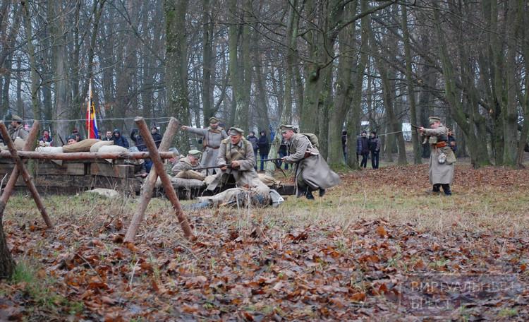 В Скоках снова гремели выстрелы, взрывались гранаты, солдаты шли в атаку (реконструкция боев)