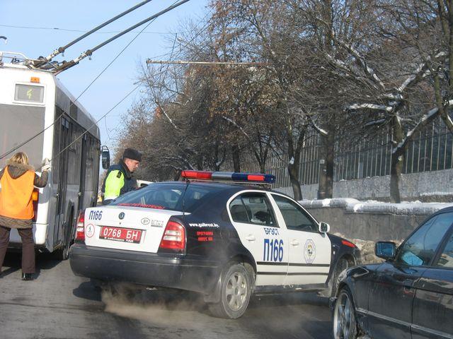 Инспектор ГАИ оказывает помощь женщине-водителю тролейбуса (фото-позитив)